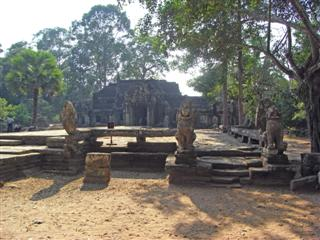 A wide terrace of Banteay Kdei